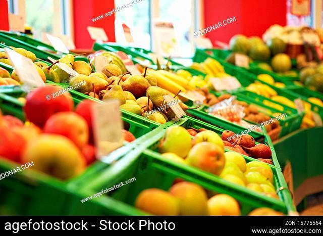 Gefüllter Obstbereich mit Äpfeln und Birnen im Supermarkt