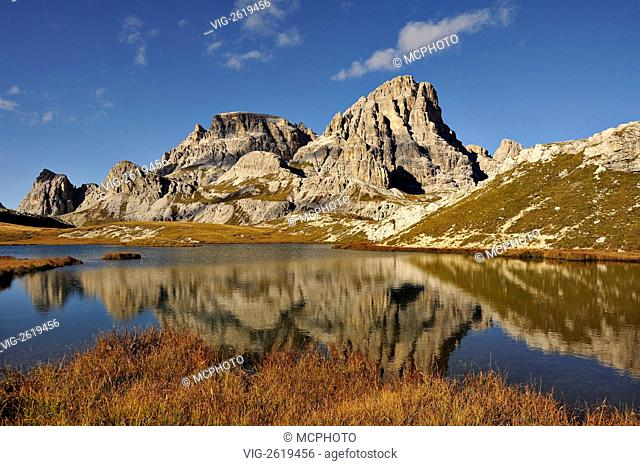 Evening light on the Scarperi mountain range and the Bodensee lake in the Sesto Dolomites region of northern Italy. - Sesto, Dolomites, N