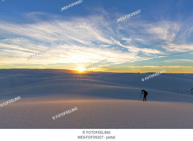USA, New Mexico, Chihuahua Desert, White Sands National Monument, man photographing