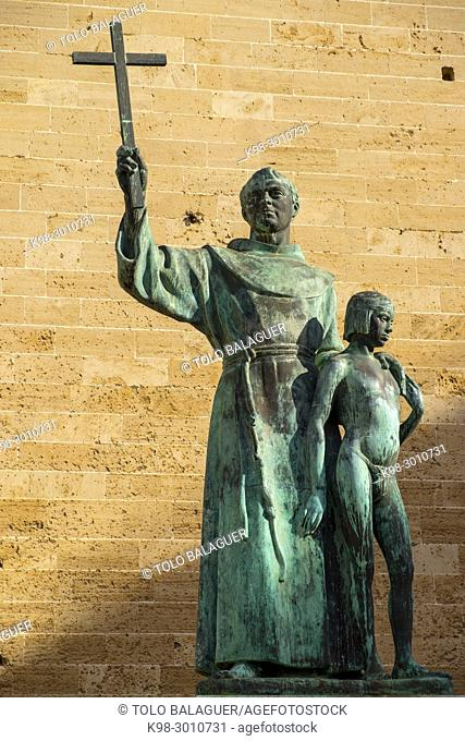 Junipero Serra raising a Christian cross while putting his hand on an indigenous young boy, sculpture by Horacio de Eguia, Plaça de Sant Francesc, Palma