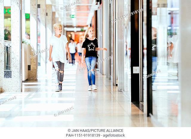 A boy and a girl run through a shopping mall, taken on 16/06/17 in Frankfurt (model released) | usage worldwide. - Frankfurt am Main/Hessen/Germany