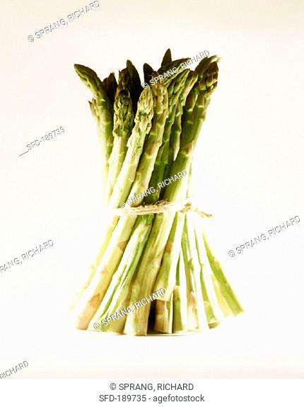 A bundle of green asparagus (2)
