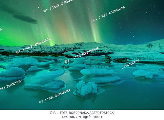 Northern lights in Fjallsarlon, Vatnajokull National Park, Iceland