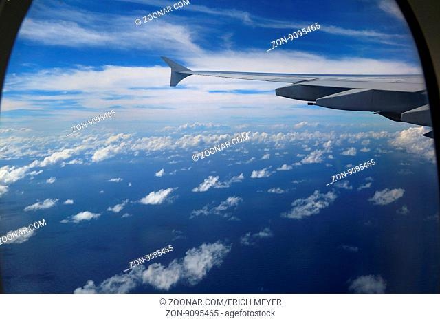 Anflug auf die Ferieninsel Mauritius im Indischer Ozean. Blick auf die Tragfläche eines Airbus A380