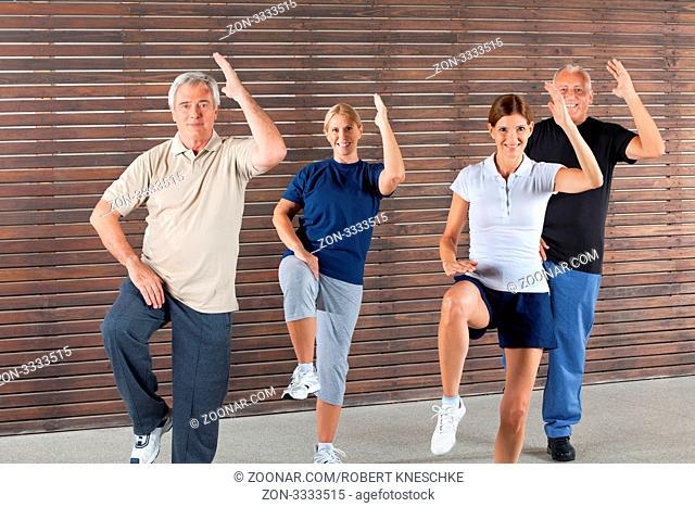 Lächelnde Senioren machen Aerobic im Fitnesscenter