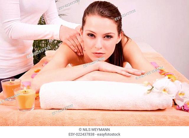 junge attraktive frau bei einer wellness massage entspannt