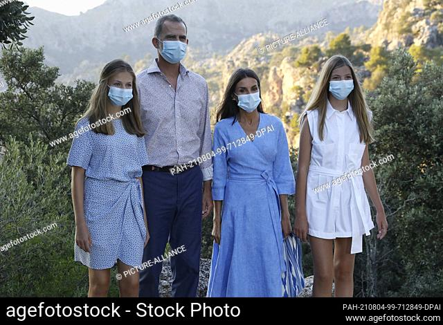 04 August 2021, Spain, Escorca: The Spanish royal family, King Felipe VI. (2nd from left) and Queen Letizia with their daughters Princess Leonor (l) and Infanta...