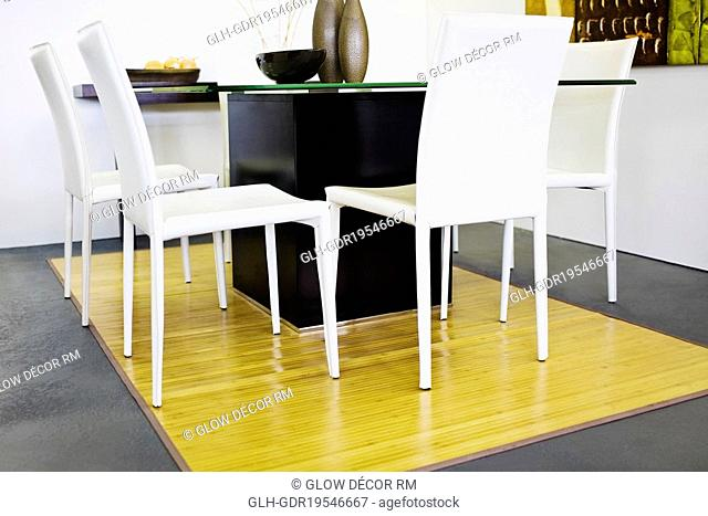 Chairs with a table in a living room