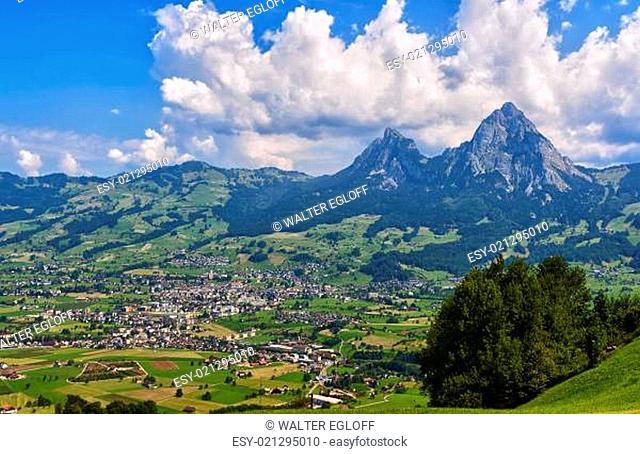 Panorama der Stadt Schwyz mit den Mythen