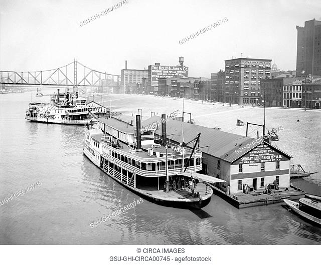 Riverboats Along Levee from Smithfield Street Bridge, Pittsburgh, Pennsylvania, USA, circa 1910