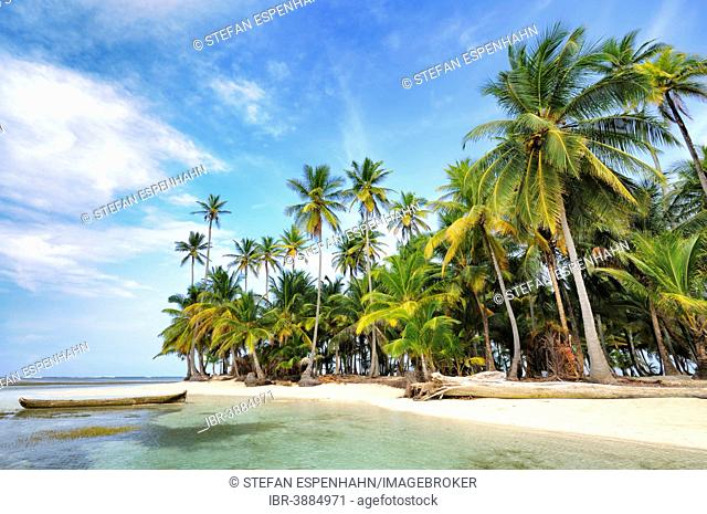 Dugout boat, deserted beach with palm trees on a tropical island, Cayos Chichime, Chichime Cays, San Blas Islands, Panama