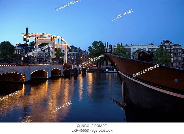 Magere Brug, Skinny Bridge, Amstel, Illuminated Magere Brug Skinny Bridge, in the evening, Amsterdam, Holland, Netherlands