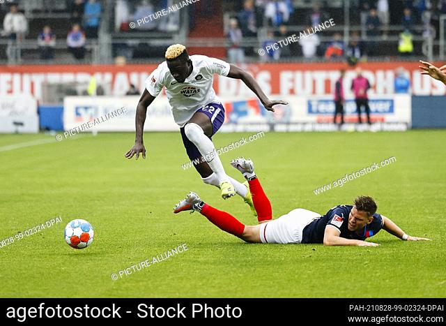 28 August 2021, Schleswig-Holstein, Kiel: Football: 2. Bundesliga, Holstein Kiel - Erzgebirge Aue, Matchday 5, Holstein-Stadion