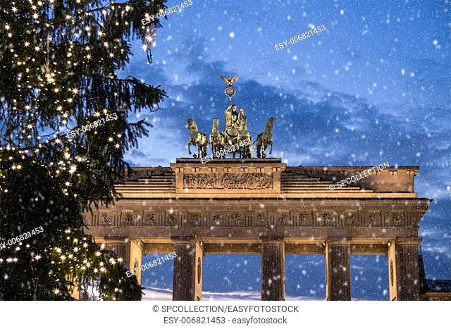 brandenburger tor and snow at christmas in berlin