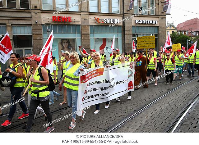 14 June 2019, Thuringia, Erfurt: During their strike, employees in the retail trade walk past the Anger 1 shopping centre