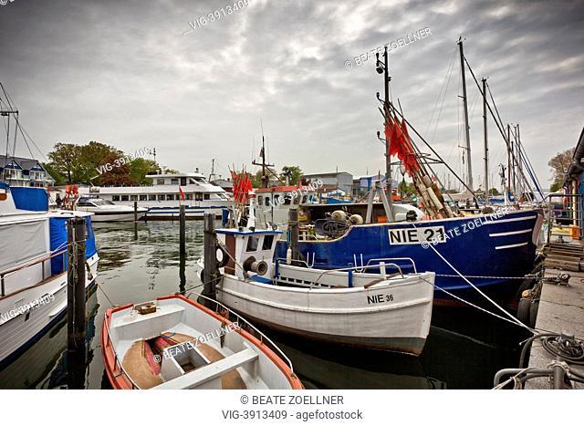 Fischerboote und Ausflugsschiffe liegen vertäut im Hafen von Niendorf an der Ostsee, Wolkenhimmel - Niendorf, Schleswig-Holstein, Germany, 20/05/2013