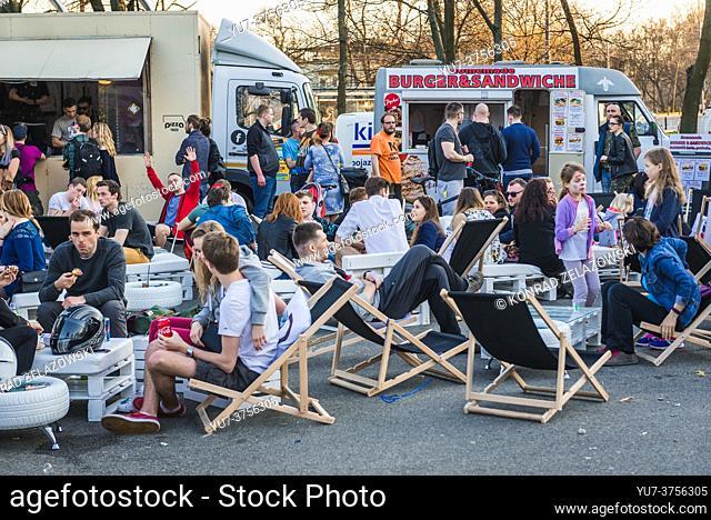 Camiones de comida de pizza y hamburguesas en un festival de camiones de comida en Varsovia, Polonia en 2017