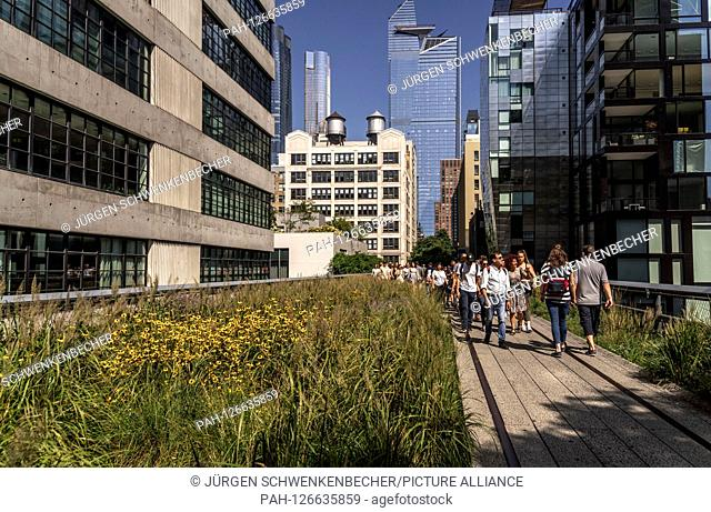 From the skyscrapers of the new Hudson Yards district to the industrial buildings in the Meatpacking District, the High Line overhead line runs