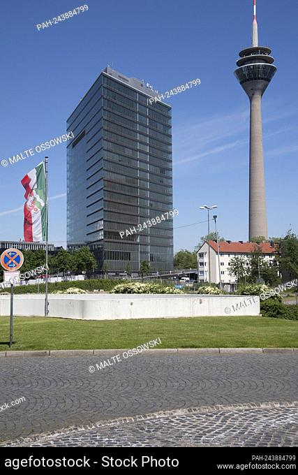 The city gate and the television tower Duesseldorf, panorama, architecture, skyline, feature, symbol photo, border motif