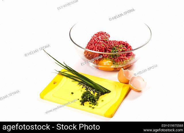 Hackfleisch mit Eiern, Salz und Pfeffer