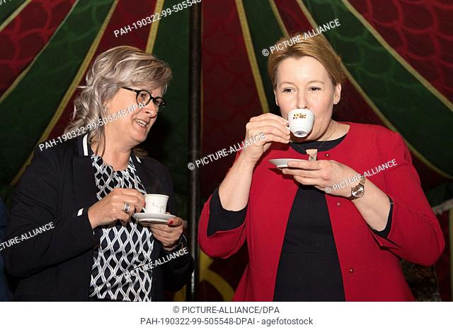 22 March 2019, Saxony, Ostritz: Federal Family Minister Franziska Giffey (SPD, r) drinks a spiced coffee in a Moroccan tent next to Marion Prange (non-party)