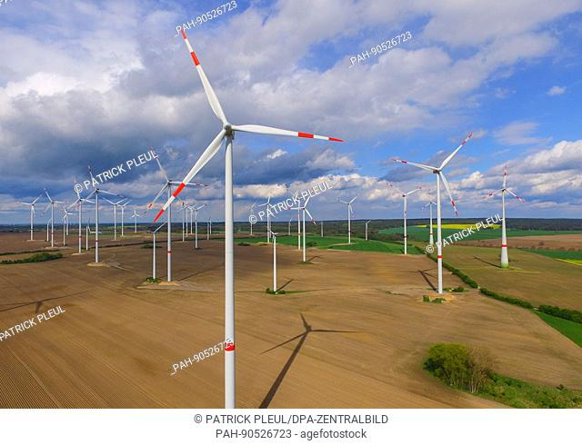 Clouds hang in the sky over a wind farm in Jacobsdorf in the state of Brandenburg, Germany, 9 May 2017. Photo: Patrick Pleul/dpa-Zentralbild/ZB | usage...