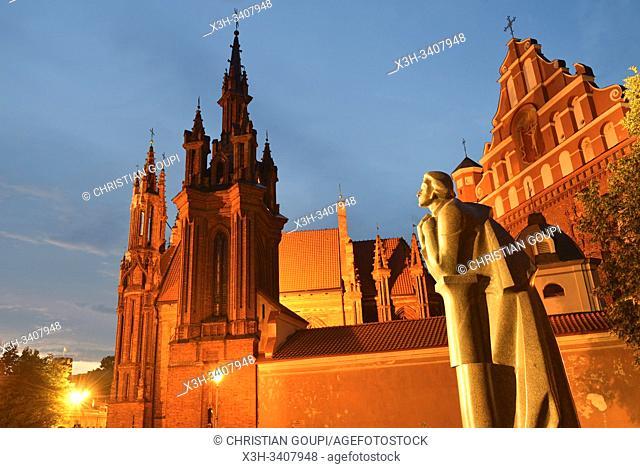 monument dâ. . Adam Mickiewicz pres des eglises Sainte-Anne et Saint-Francois-d'Assise, Vilnius, Lituanie, Europe/ Adam Mickiewicz Monument near the Saint...