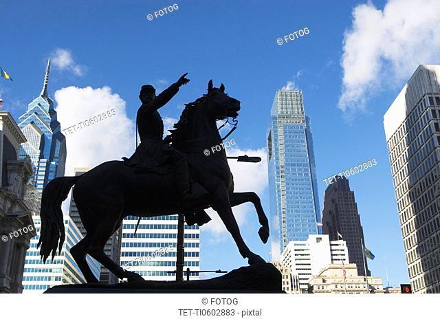 USA, Pennsylvania, Philadelphia, statue silhouette in front of skyscrapers