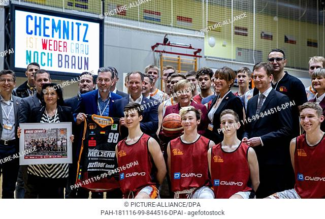 16 November 2018, Saxony, Chemnitz: Federal Chancellor Angela Merkel (M, CDU) is training the junior teams of the second division basketball team Niners...