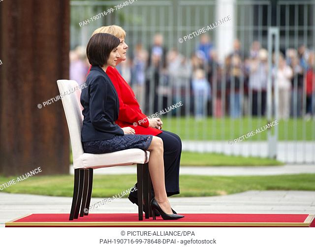 16 July 2019, Berlin: Federal Chancellor Angela Merkel (CDU) receives Moldovan Prime Minister Maia Sandu (front) with military honours in the courtyard of the...