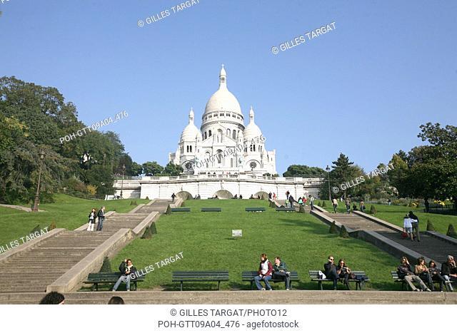 tourism, France, paris 18th arrondissement, butte montmartre, basilique du sacre coeur, basilica, lawns, tourists, stairs Photo Gilles Targat
