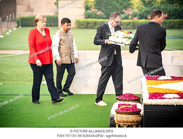 01 November 2019, India, Neu Delhi: Chancellor Angela Merkel (l, CDU) takes part in a memorial ceremony for Mahatma Gandhi at the Raj Ghat monument