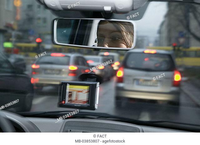 Woman, Autofahren, navigation-system, windscreen, traffic, no property release, vehicle, car, indoors, motorist, city-traffic, cars, lights, tail-lights