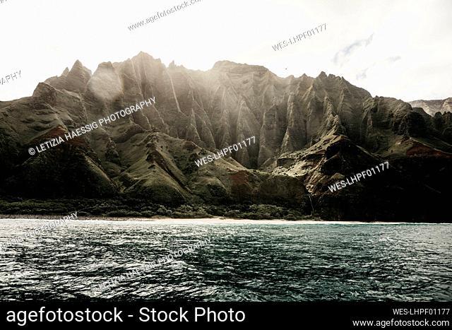 Beautiful mountain range and sea against sky at NŽ. Pali Coast State Wilderness Park, Kauai, Hawaii, USA