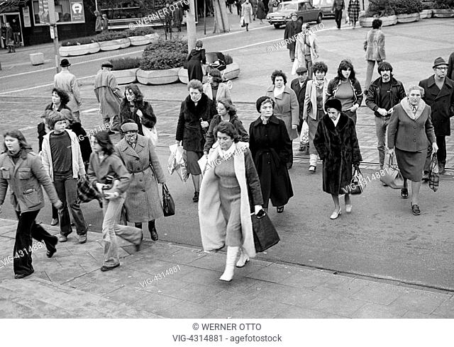 DEUTSCHLAND, MUELHEIM AN DER RUHR, 20.12.1978, Seventies, black and white photo, people on shopping expedition, shopping street, pedestrian zone