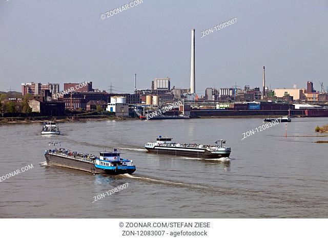 Schiffverkehr auf dem Rhein am Chempark Krefeld-Uerdingen, Krefeld, Nordrhein-Westfalen, Deutschland, Europa