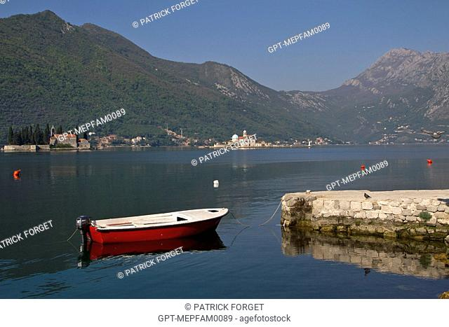 BOAT AT THE QUAY, TOWN OF PERAST SURROUNDED BY MOUNTAINS, BAY OF KOTOR, MONTENEGRO, EUROPE