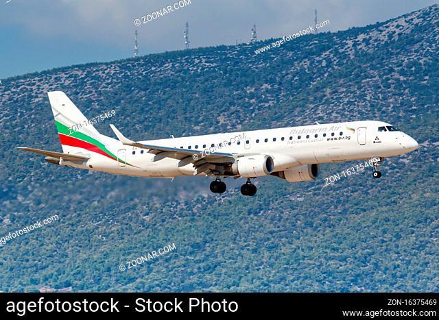 Athen, Griechenland ? 22. September, 2020: Ein Embraer 190 Flugzeug der Bulgaria Air mit dem Kennzeichen LZ-SOF auf dem Flughafen Athen (ATH) in Griechenland