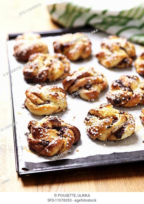 Cinnamon buns filled with chocolate and oranges