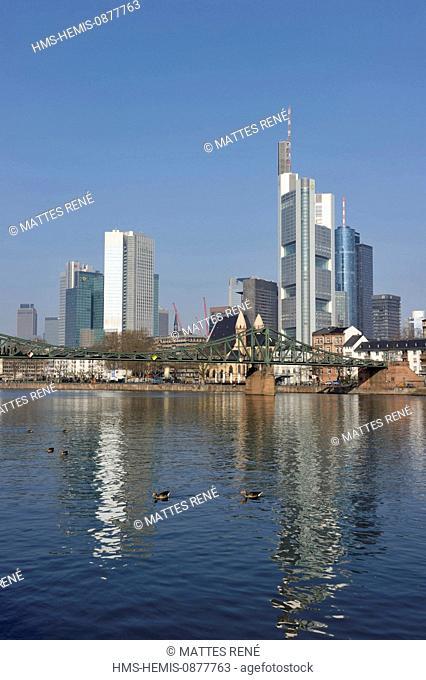 Germany, Hesse, Frankfurt am Main, View over river Main with skyline, Eiserner Steg (Iron Pedestrian bridge)