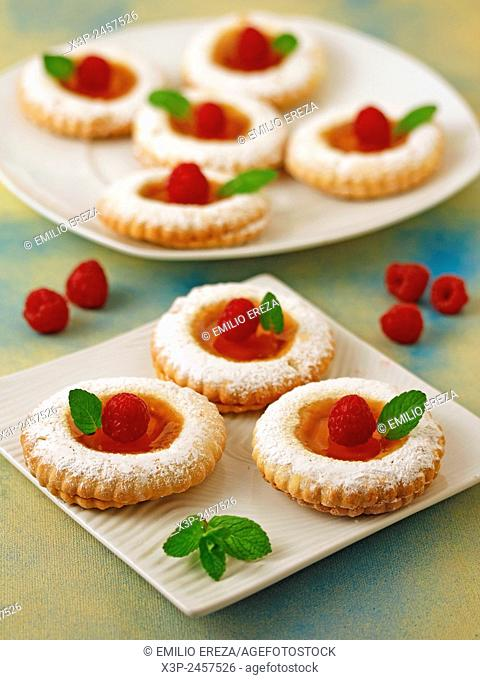 Cookies with mango jelly and raspberries