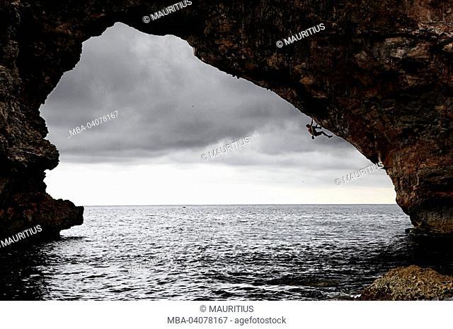 Toni Lamprecht, Spain, Majorca, Deep Water Soloing, rock arch, sea