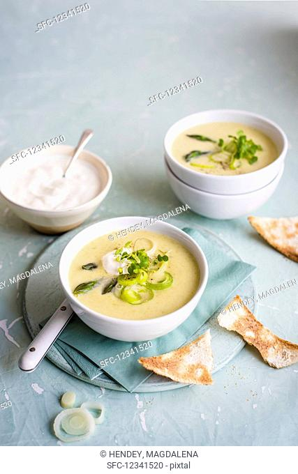 Spring onion and asparagus soup with sour cream and toast