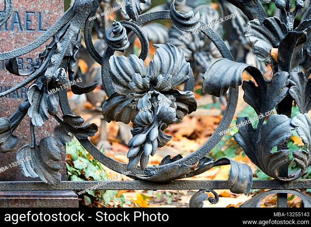 Berlin, Jewish cemetery Berlin Weissensee, field M1, neo-Baroque lattice grave with elaborate floral decorations, hereditary burial Moritz Israel