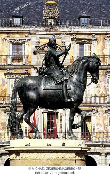 Equestrian statue of Philip II, Felipe II, on the Renaissance square of Plaza Mayor, Madrid, Spain, Europe