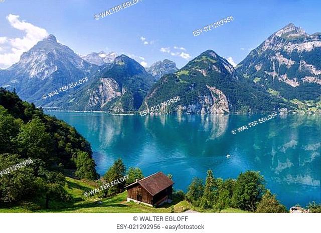 Schönes Wetter und ruhiger See bei der Tellskapelle