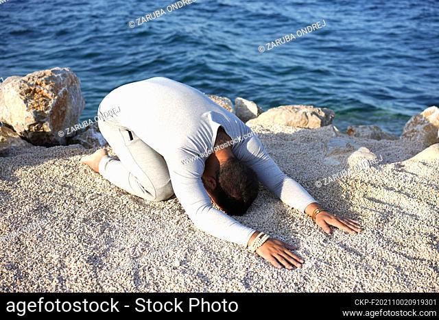 practising yoga at the sea beach (CTK Photo/Ondrej Zaruba)