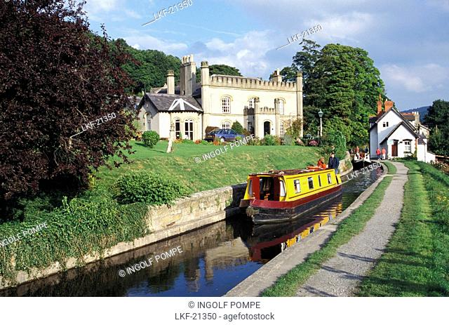 Narrow boats on Llangollen canal, Llangollen, Clwyd, Wales, Great Britain, Europe