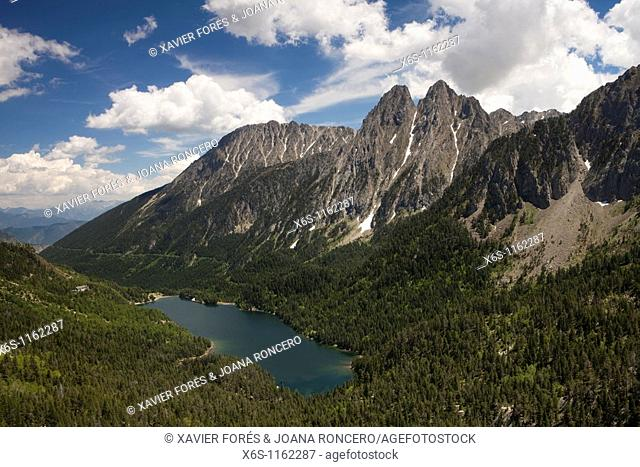 Estany de Sant Maurici and Encantats peaks, National Park of Aiguestortes i Estany de Sant Maurici, LLeida, Spain