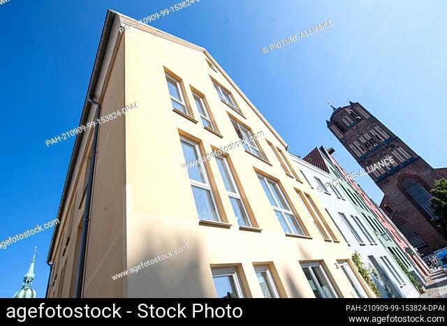 08 September 2021, Mecklenburg-Western Pomerania, Stralsund: View of a new building in Böttcherstraße in the historic old town of Stralsund